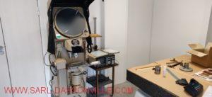 Voici notre nouvelle salle de mesure tempéré à 20 ° Salle à part en dehors de notre atelier. Avec son nouvel instrument de mesure, le projecteur de profil Nikon digital.